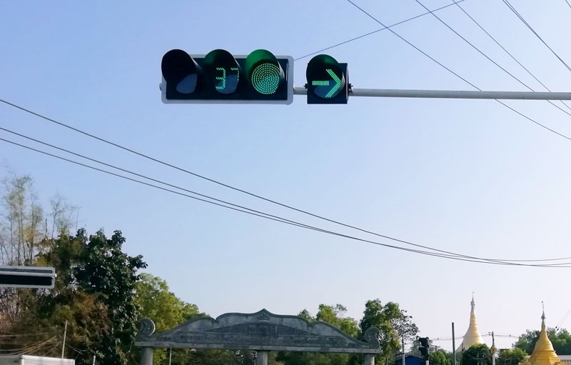What requirements should the left turn signal lamps need to meet in road installation?