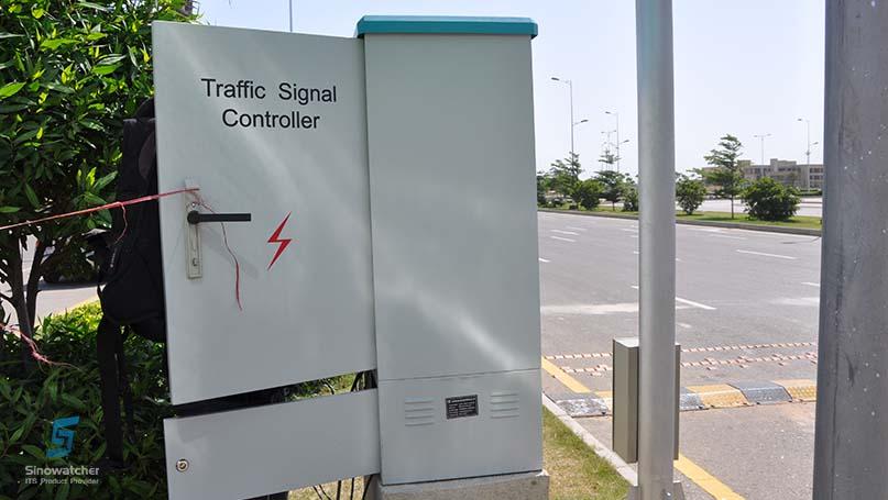 E100 Adaptive Coordinated Traffic Light Controller